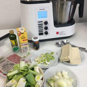 Die Zutaten für die Suppe stehen vor der Küchenmaschine
