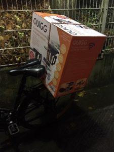 Quigg Küchenmaschine eingepackt auf dem Fahrrad Gepäckträger