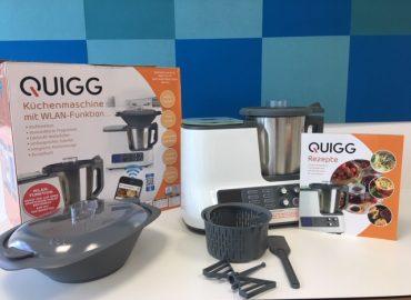 Die Quigg Küchenmaschine mit dem Kochbuch, Mixbehälter, Dampfgareinsatz, Rührstab, Spatel