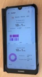 Smartphone mit geöffneter App. Man sieht wie die Schlafphasen in der App abgebildet werden.
