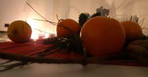 Mandarinen, Nüsse und Tannenzweige schmücken den Tisch