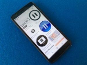 Smartphone mit Pausezeichen im Display