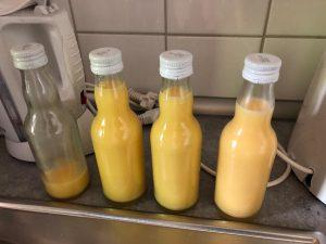 Mit Eielikör abgefüllte Flaschen stehen auf der Küchenzeile.
