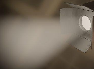Scheinwerfer, der einen Lichtkegel aussendet
